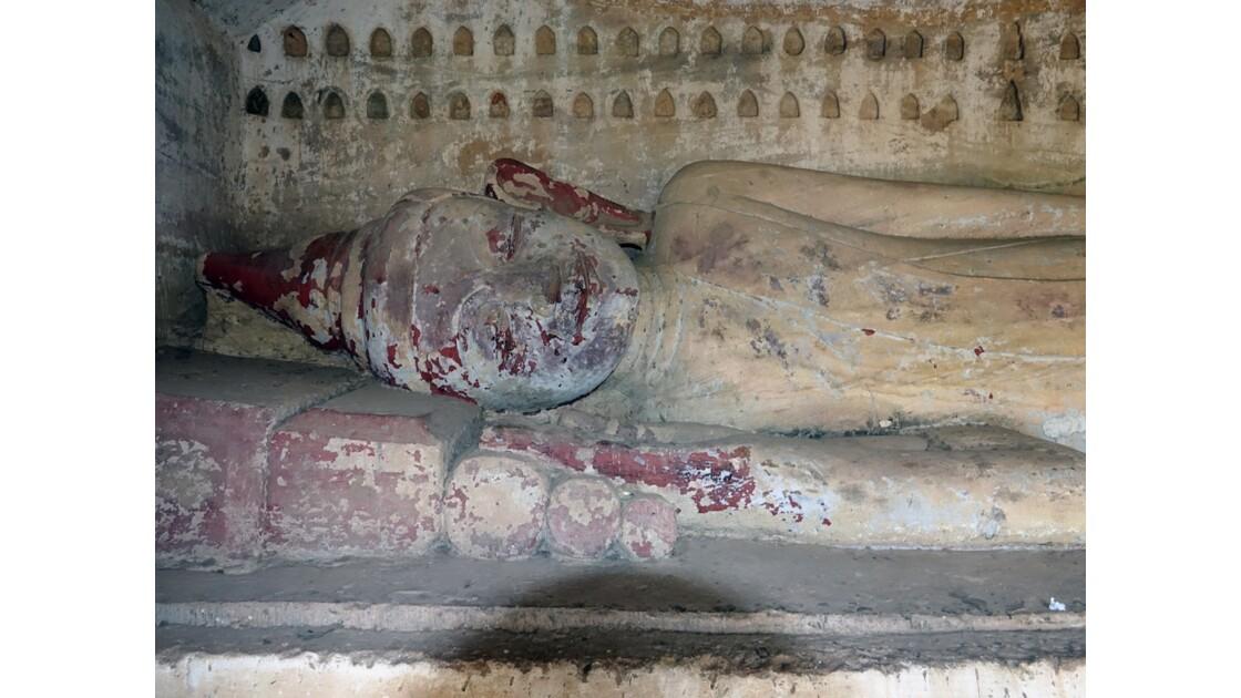 Myanmar Les bouddhas couchés de Po Win Taung 1