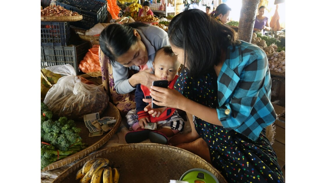 Myanmar Bagan marché de  Nyuang U  initiation au smartphone