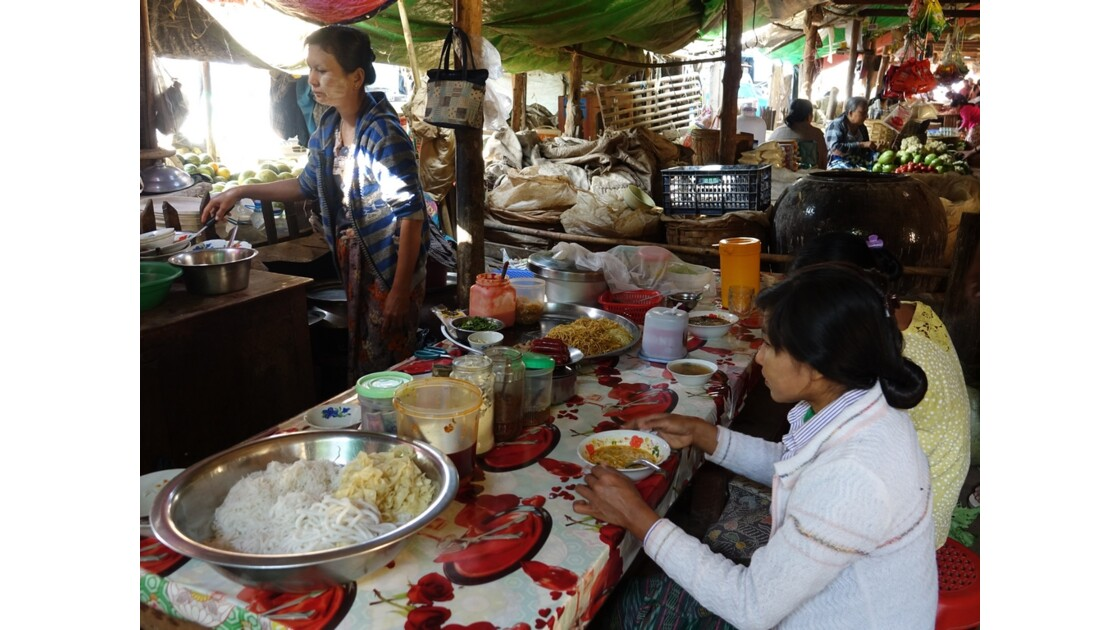 Myanmar Bagan marché de  Nyuang U  la cantine 1