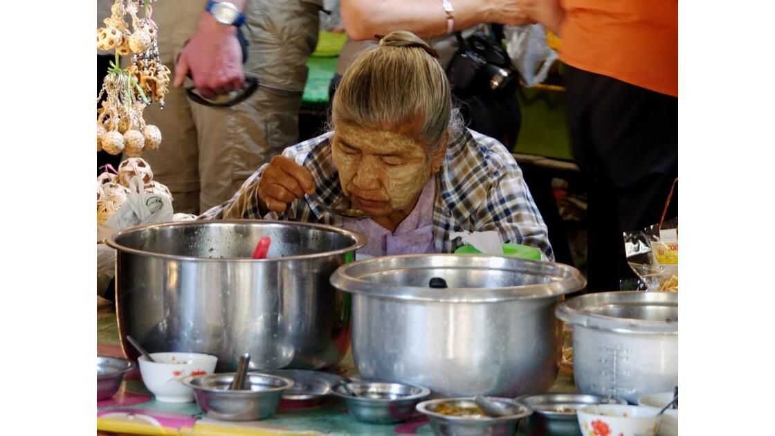 Myanmar Bagan marché de  Nyuang U  la cantine 2