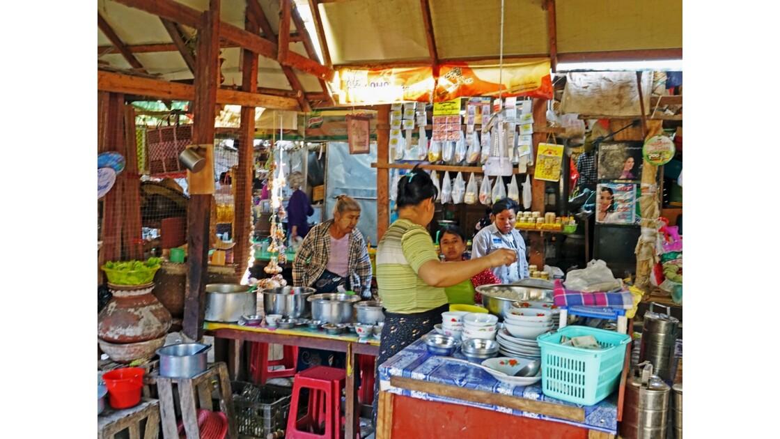 Myanmar Bagan marché de  Nyuang U  la cantine 3