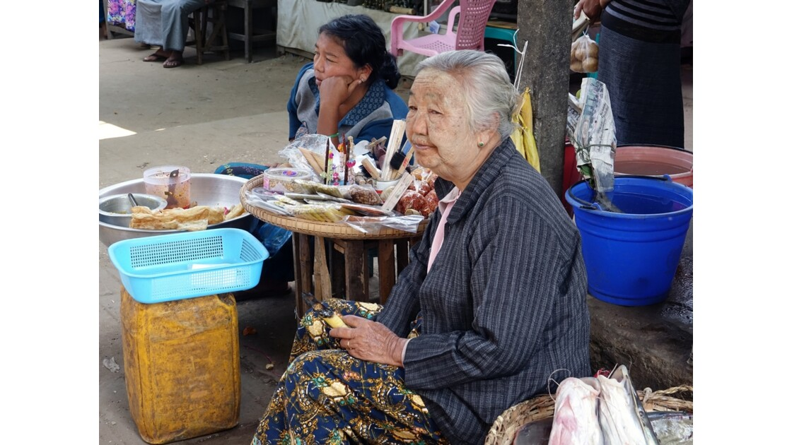 Myanmar Bagan marché de  Nyuang U le cigare Cheerot 2