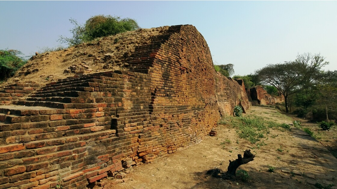 Myanmar BaganTemple de Thatbyinnyu l'ancienne muraille