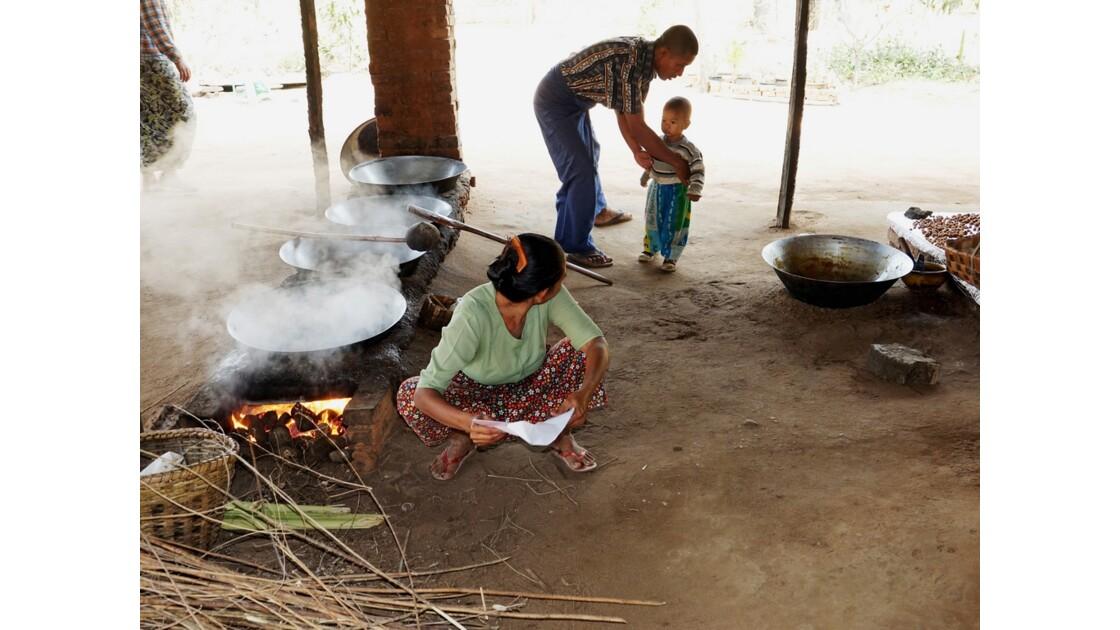 Myanmar Route Bagan-Mont Popa Fabrication du sucre de palme 2