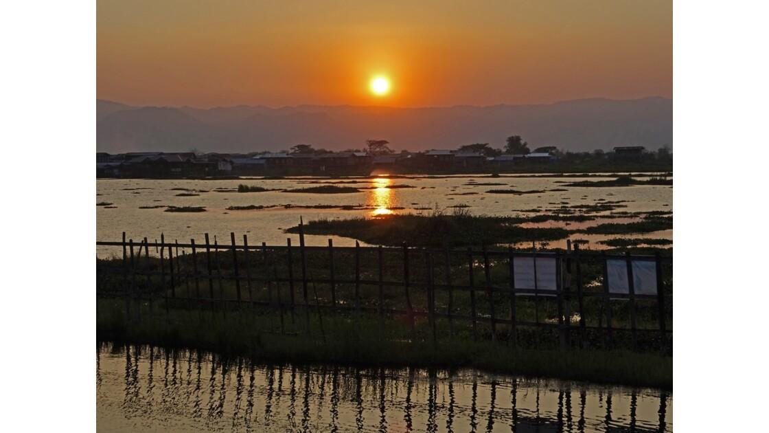 Myanmar lac Inlé Sunset sur le Golden Island Cottages 1