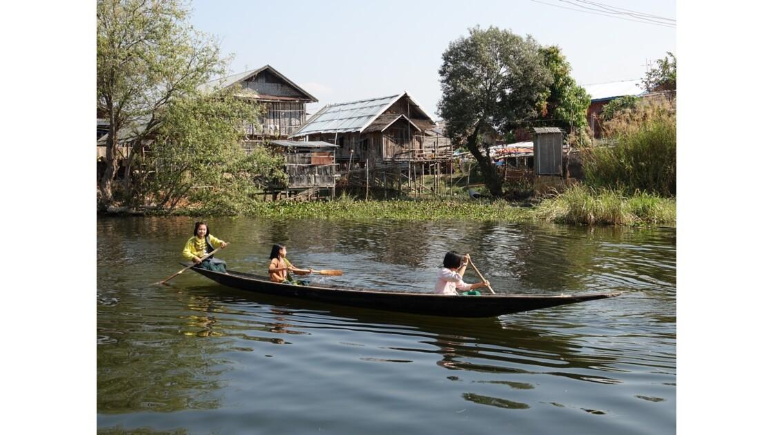 Myanmar lac Inlé Vers l'école 1