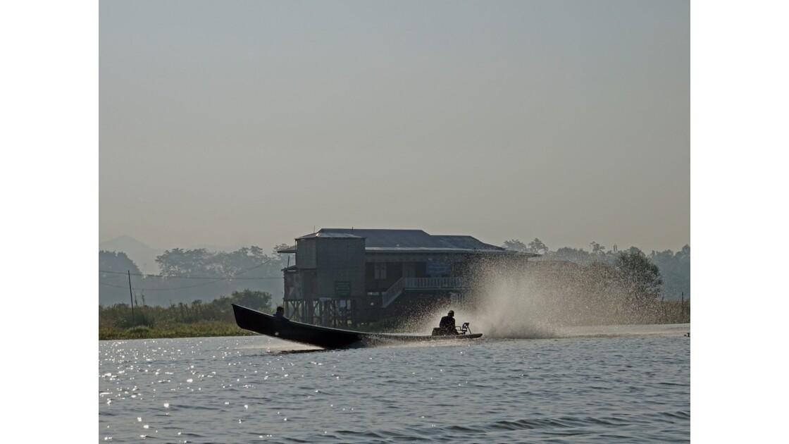 Myanmar lac Inlé-dans la brume du matin