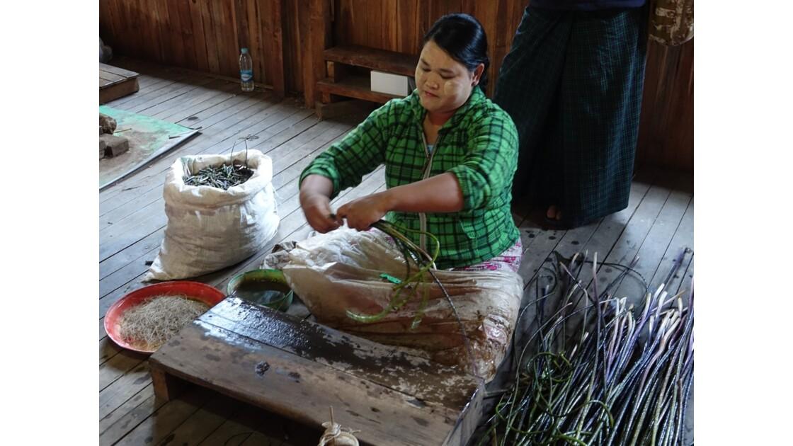 Myanmar Lac Inlé Tissage à Inpawkhon 7