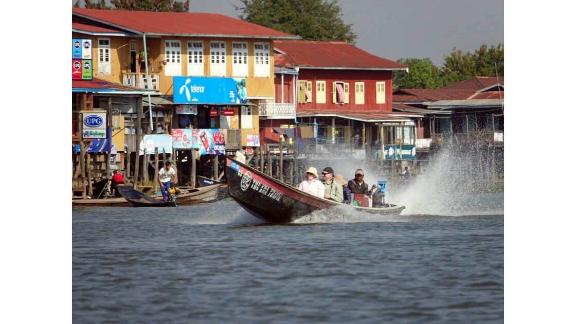 Myanmar Lac Inlé Touristes à Nampan