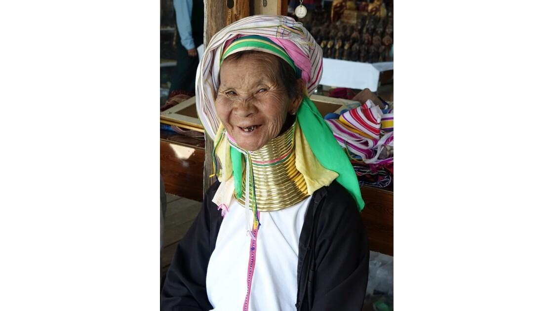 Myanmar Lac Inlé Ywama Atelier de tissage Femmes girafes 4