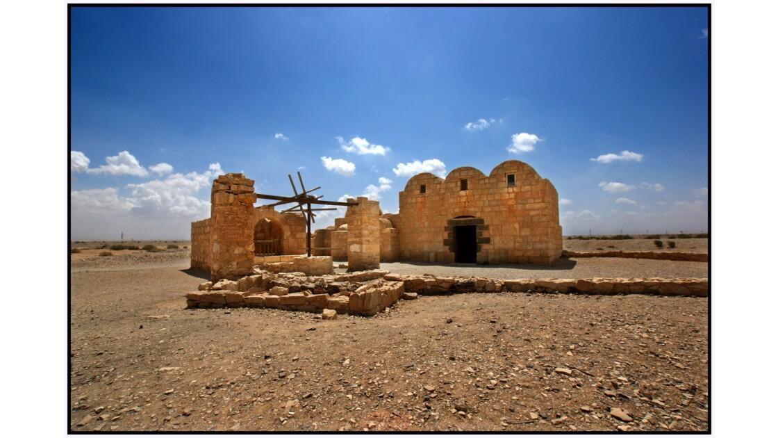 Qasr Amra - Vue nord-est : puit et porte de la salle d'audience