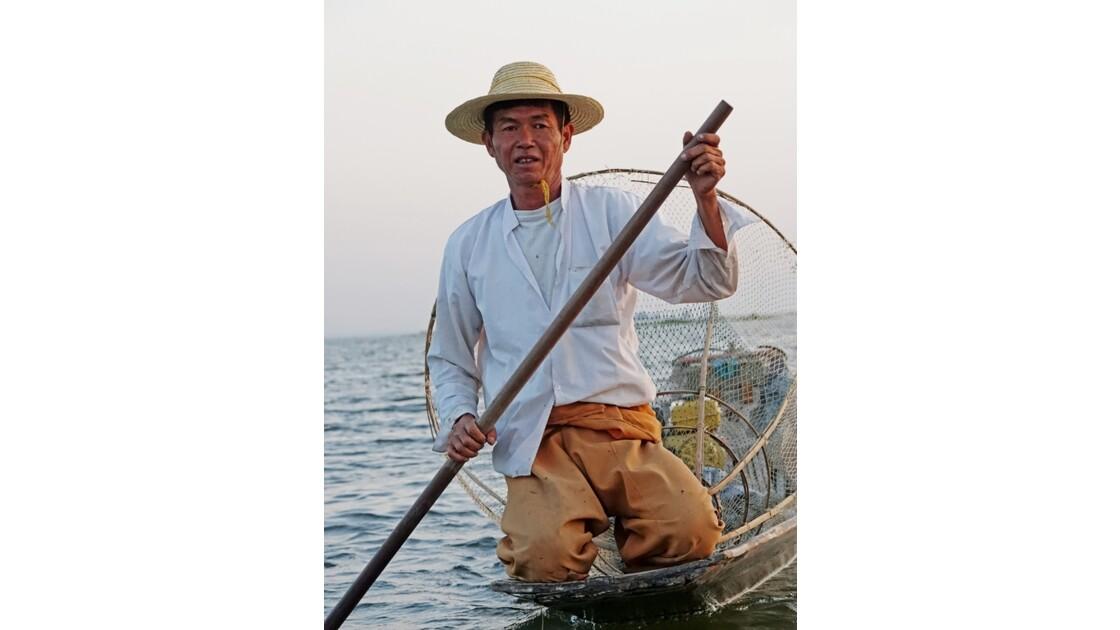 Myanmar Soirée au Lac Inlé Approche d'un leg-rower 1