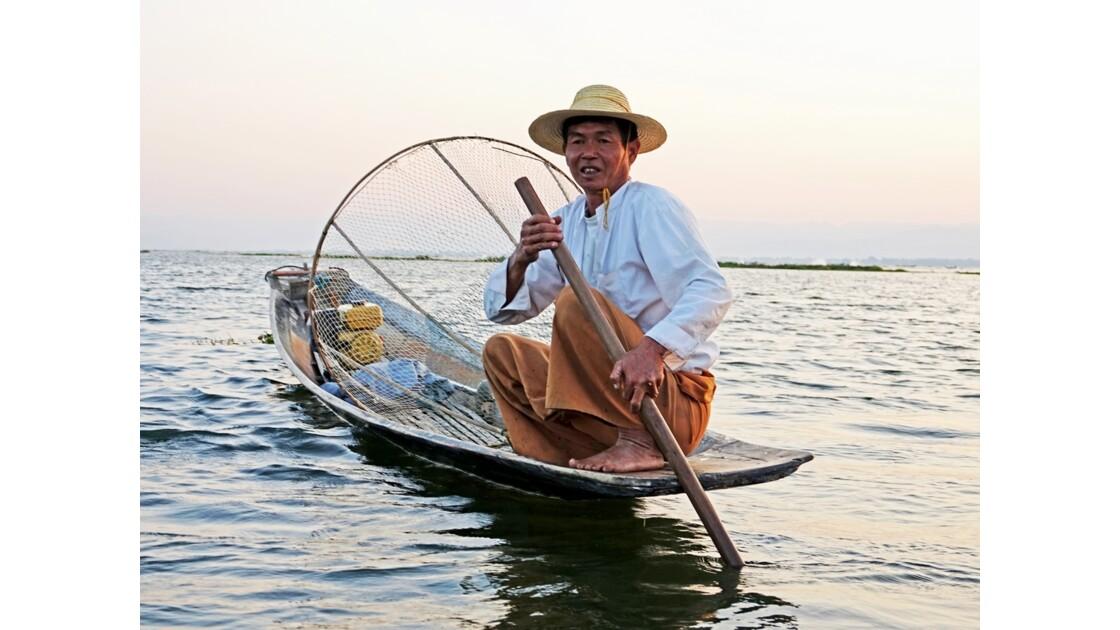 Myanmar Soirée au Lac Inlé Approche d'un leg-rower 2