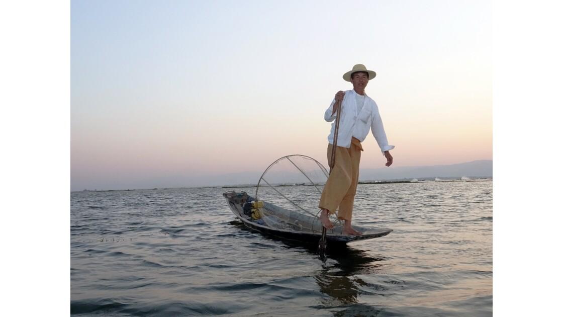 Myanmar Soirée au Lac Inlé Approche d'un leg-rower 3
