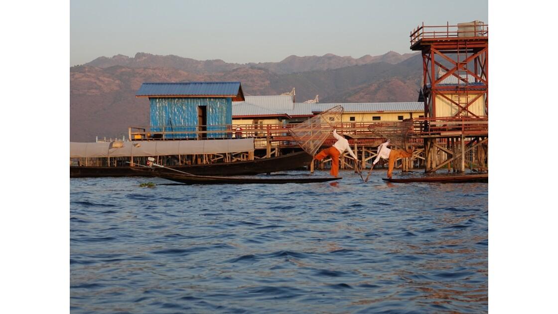 Myanmar Soirée au Lac Inlé Début des chorégraphies de leg-rowers 1