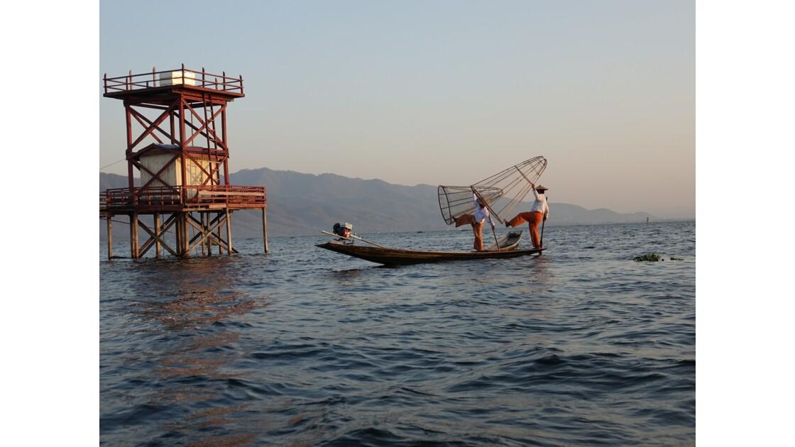 Myanmar Soirée au Lac Inlé Début des chorégraphies de leg-rowers 3