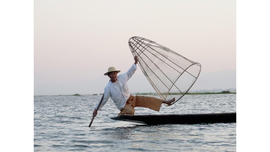 Myanmar Soirée au Lac Inlé Début des chorégraphies de leg-rowers 4