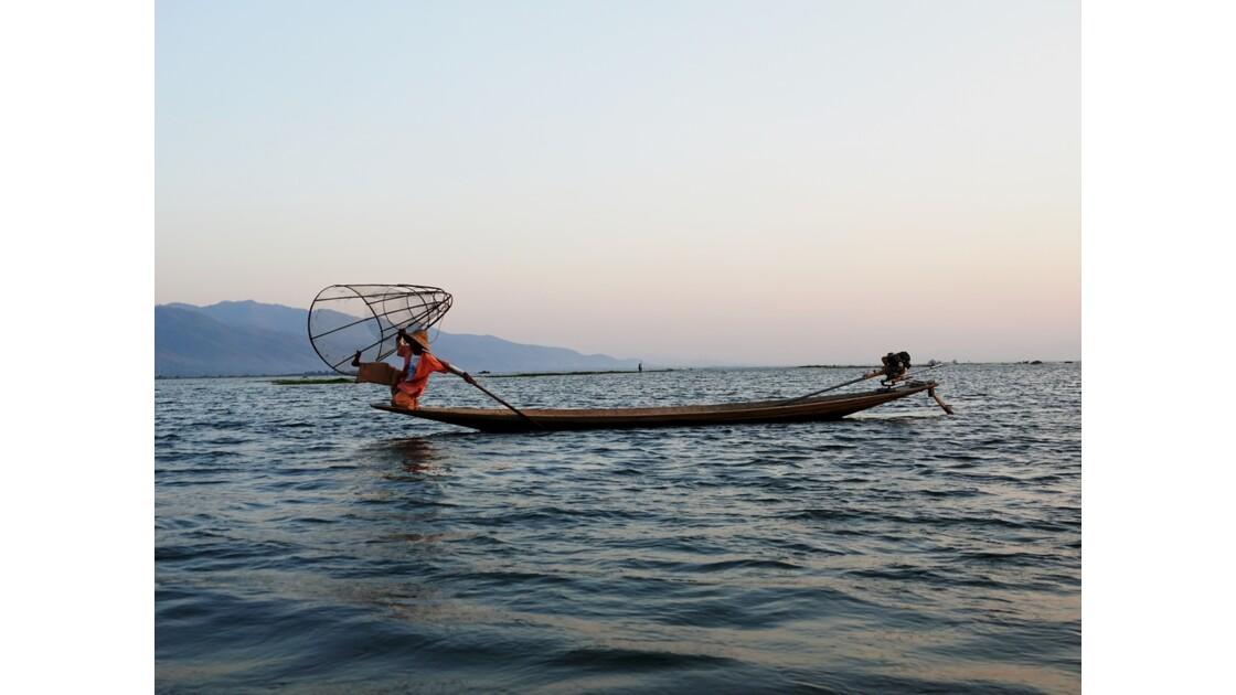 Myanmar Soirée au Lac Inlé Début des chorégraphies de leg-rowers 5