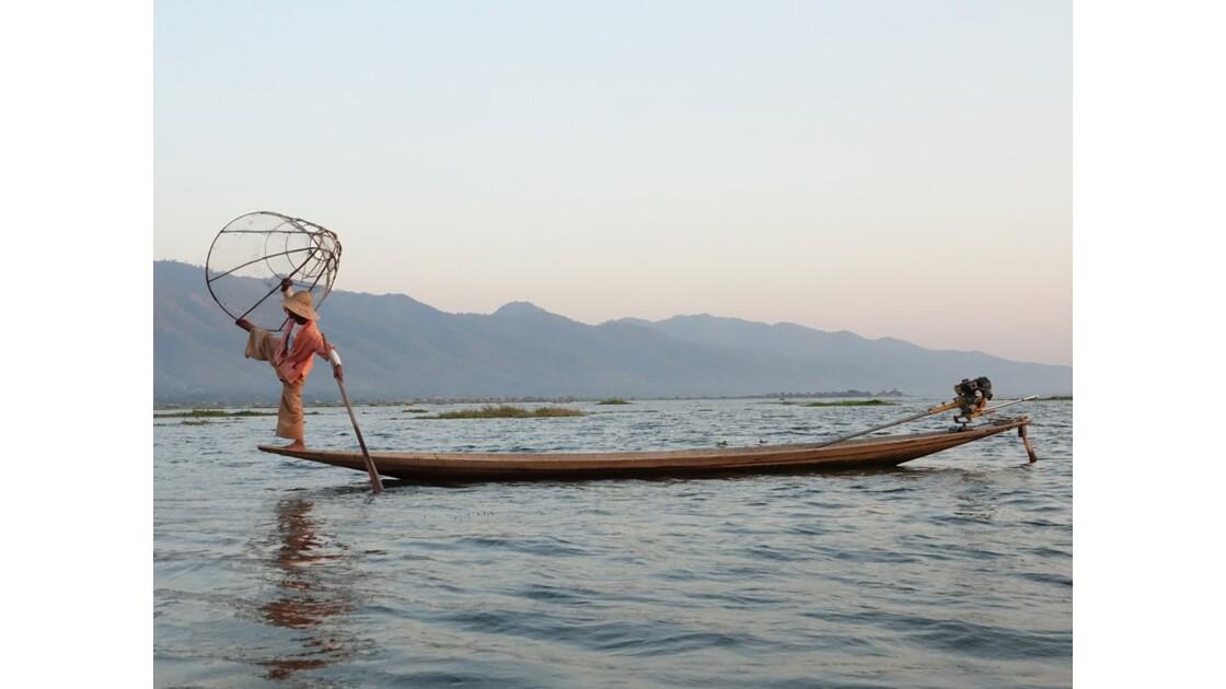 Myanmar Soirée au Lac Inlé Début des chorégraphies de leg-rowers 6