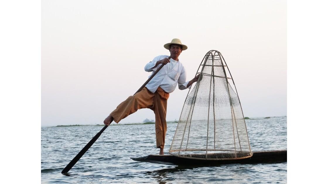 Myanmar Soirée au Lac Inlé Début des chorégraphies de leg-rowers 7