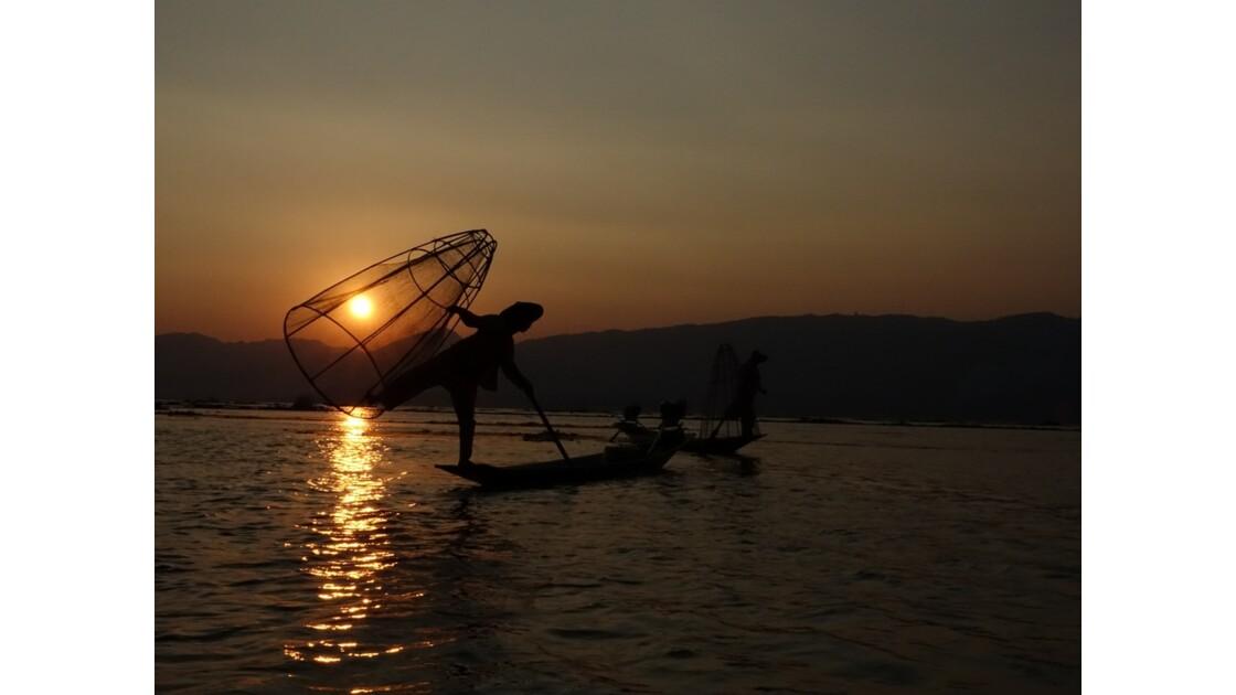 Myanmar Sunset au Lac Inlé Chorégraphies de leg-rowers 1
