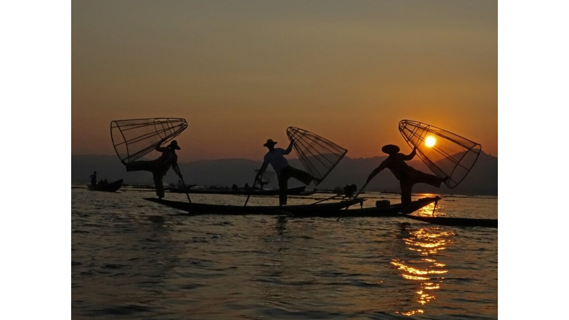 Myanmar Sunset au Lac Inlé Chorégraphies de leg-rowers 3
