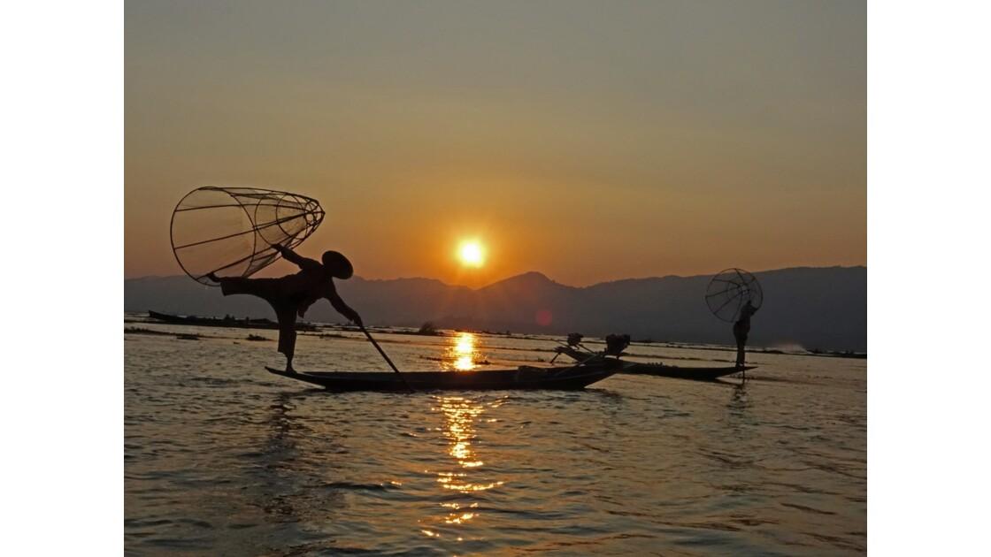 Myanmar Sunset au Lac Inlé Chorégraphies de leg-rowers 4