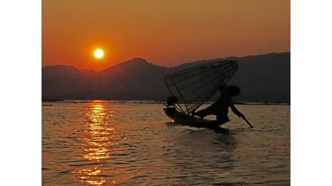 Myanmar Sunset au Lac Inlé Chorégraphies de leg-rowers 5