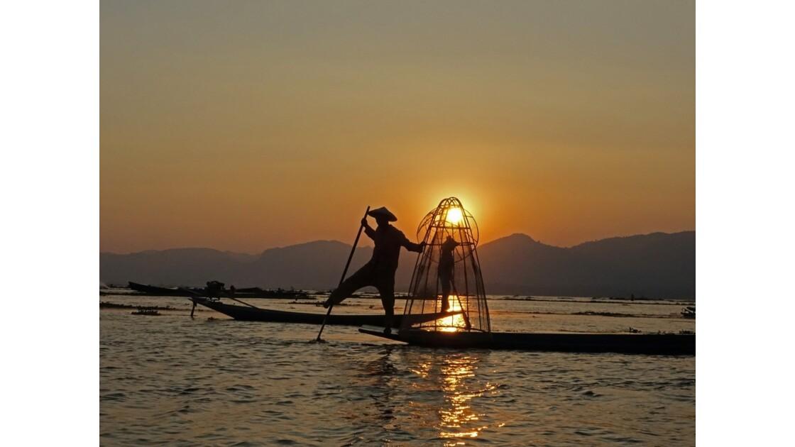 Myanmar Sunset au Lac Inlé Chorégraphies de leg-rowers 7