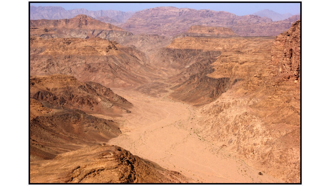 Wadi Rum en U.L.M. - Vallée au pied du Jabal Hubeira