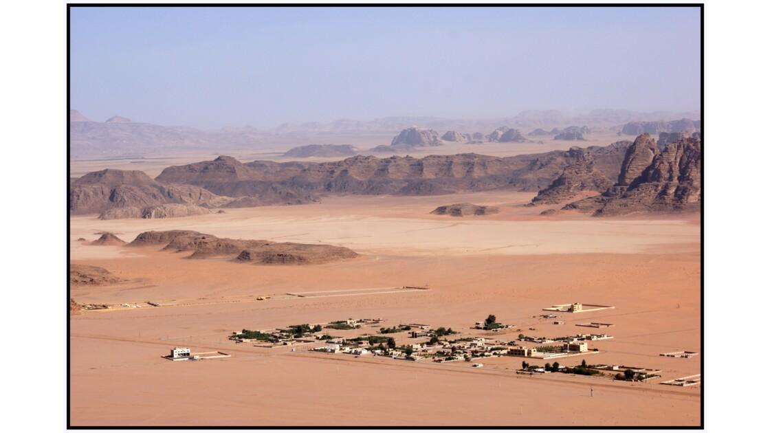 Wadi Rum en U.L.M. - Habitations au nord de la zone réservée