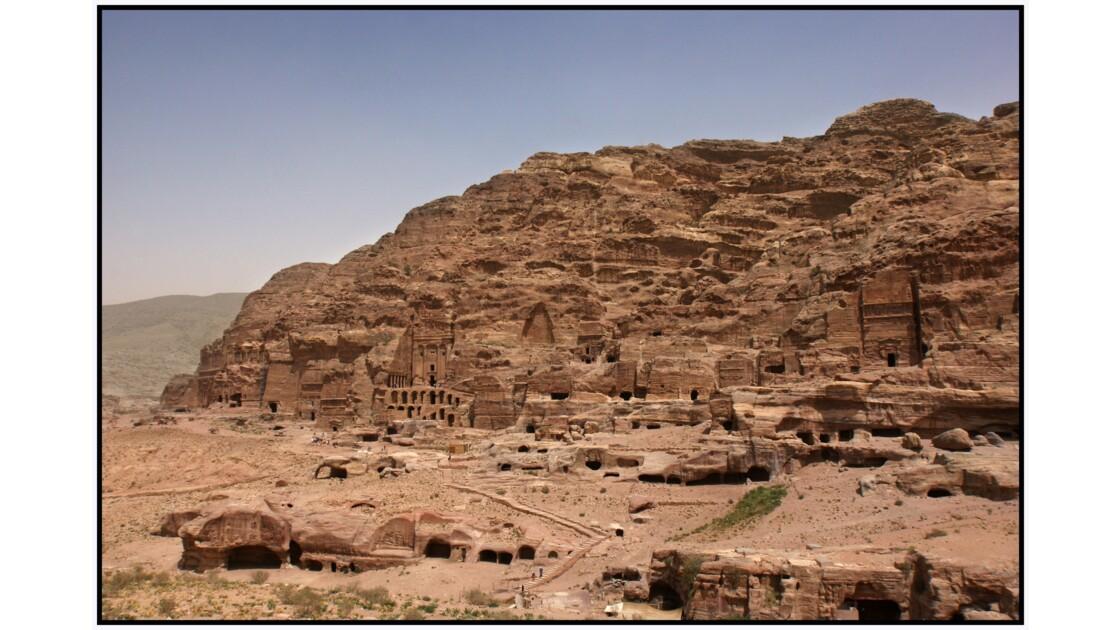 Pétra - Les grands tombeaux d'Al-Khubtha depuis Amùd'Attùf