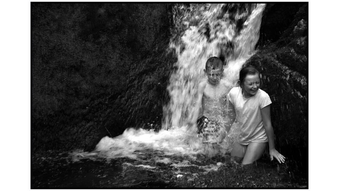 Jeux d'enfants à Powercourt Waterfall