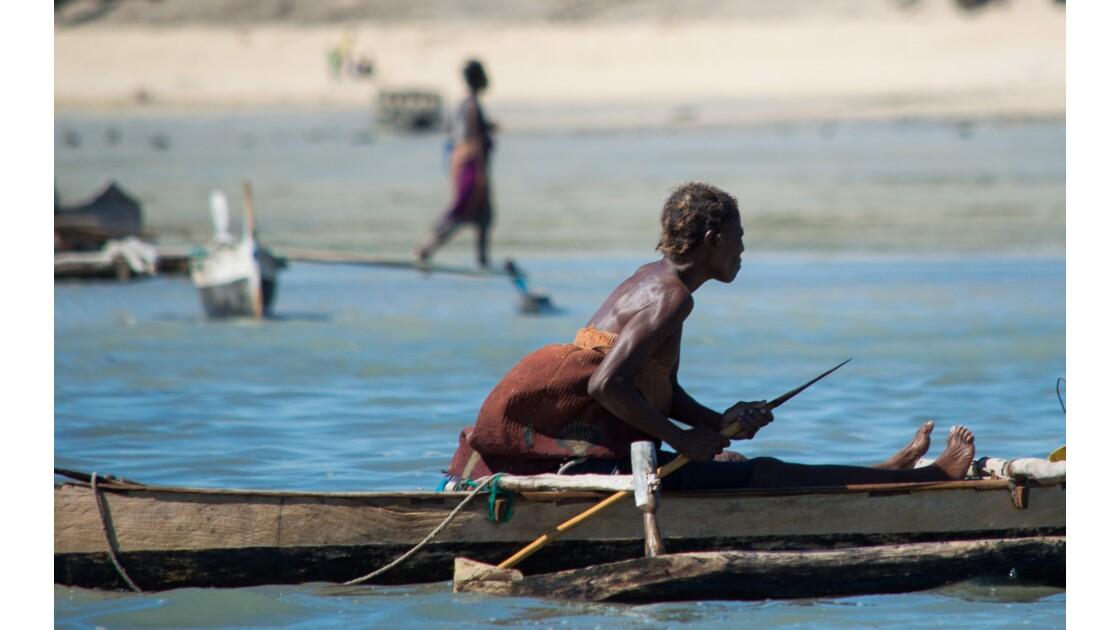 Une femme, une pirogue, un lagon... la pêche indispensable à la vie !