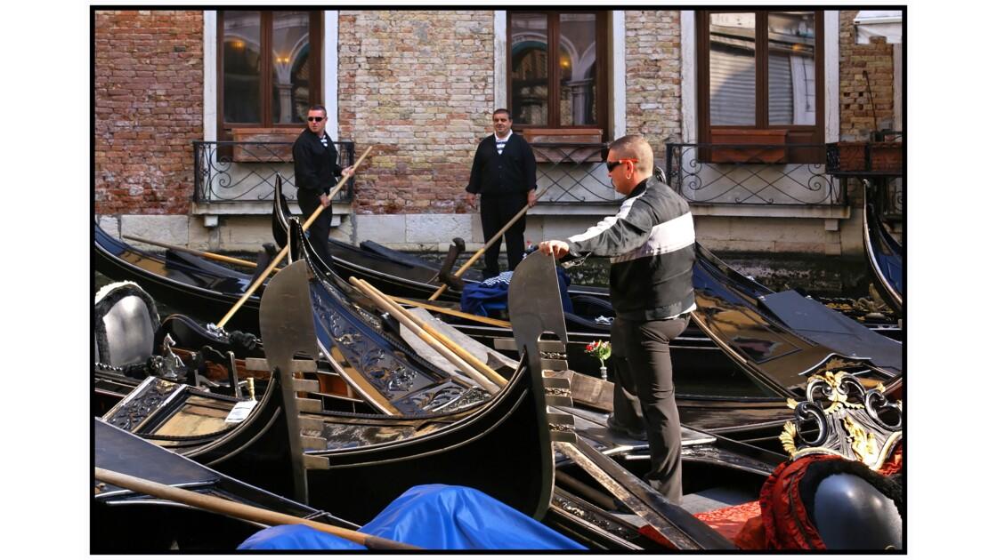 Venise - Gondoliers et gondola au petit matin dans Rio Orseolo
