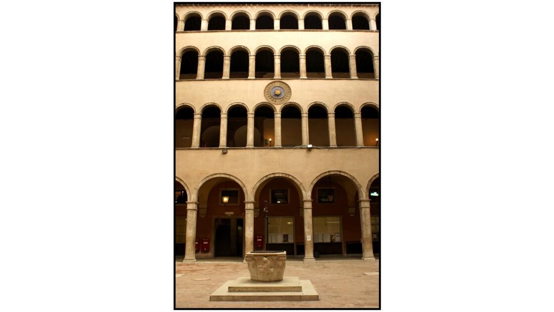 Venise - Cour intérieure de la Fondeco dei Tedeschi (La poste)