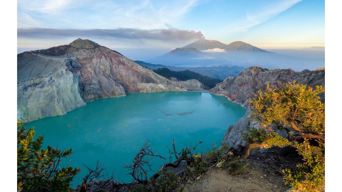 Cratère du Kawa Ijen et le volcan Raung