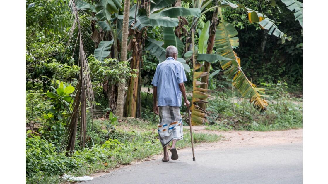 Un vieux monsieur en tenue traditionnelle