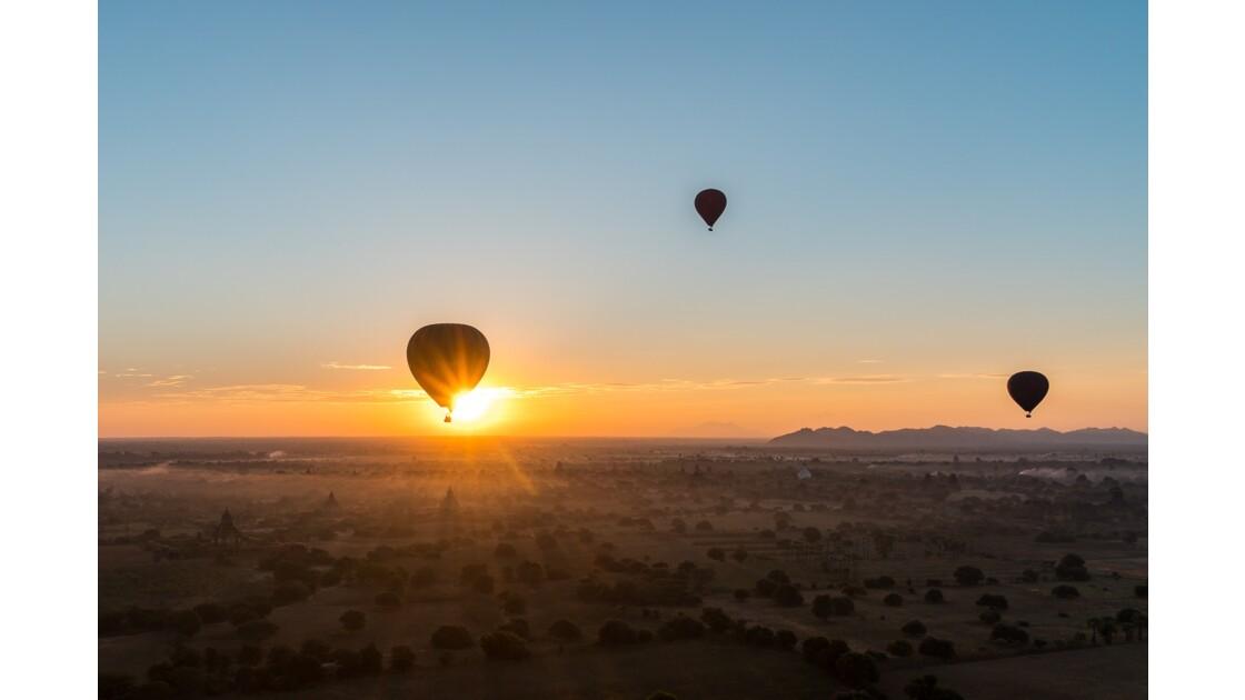 Lever de soleil sur Bagan en ballon