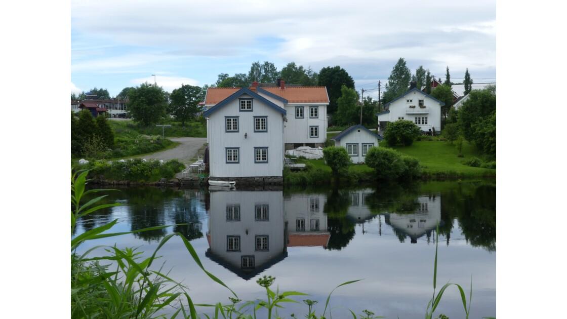 Reflets dans l'eau à Eidsvoll lieu de la constitution Norvégienne