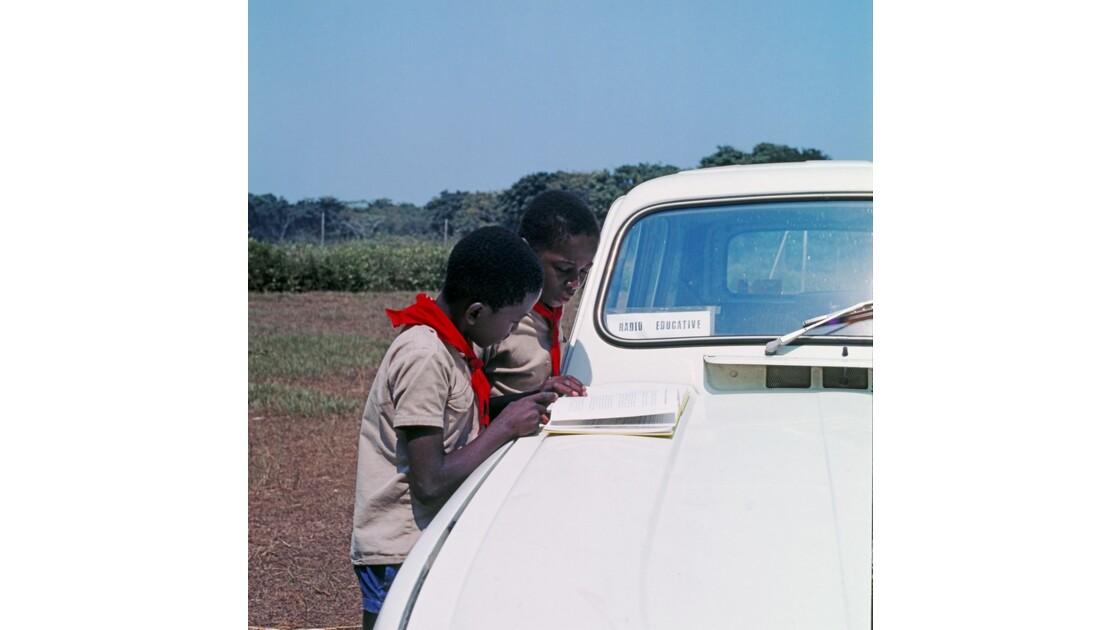 Congo 70 Pionniers avant l'enregistrement d'une émission de radio 7