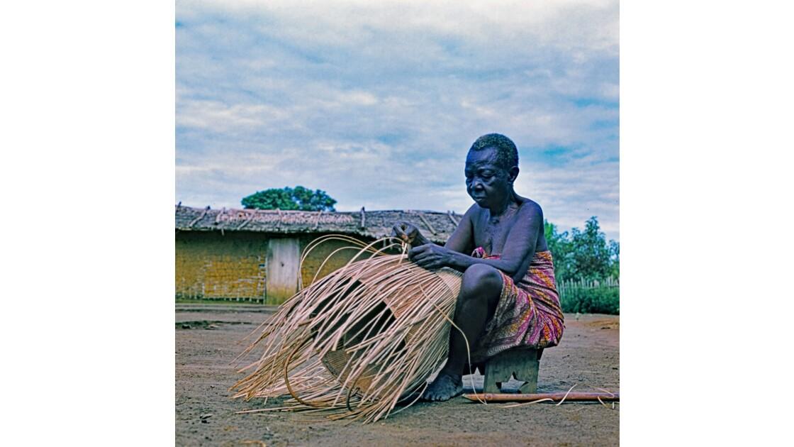 Congo 70 Zanaga la vieille dame à la hotte 13