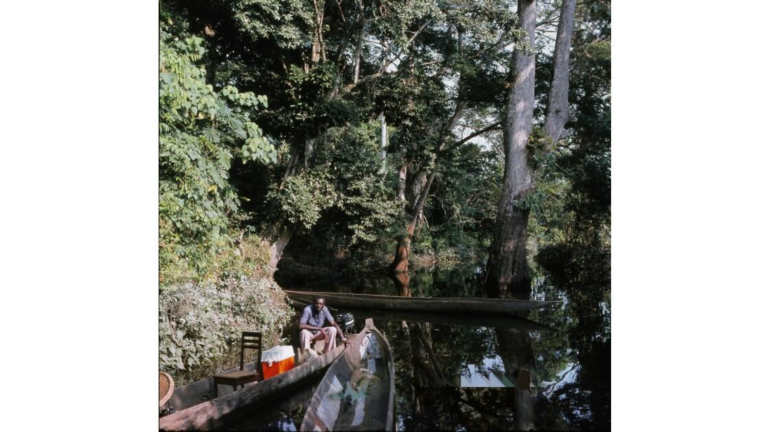 Congo 70 Sur l'Oubangui notre pirogue et notre pinassier 3