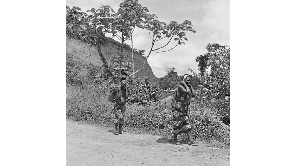 Congo 70 Moukoulou Femmes devant le barrage 4