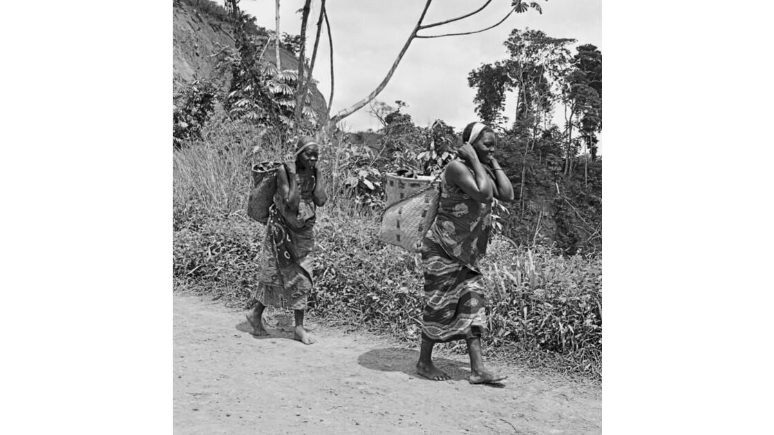 Congo 70 Moukoulou Femmes devant le barrage 6