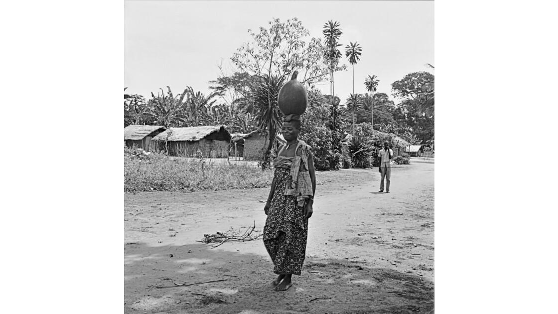 Congo 70  Plateaux Téké portage d'eau à Kébara 12