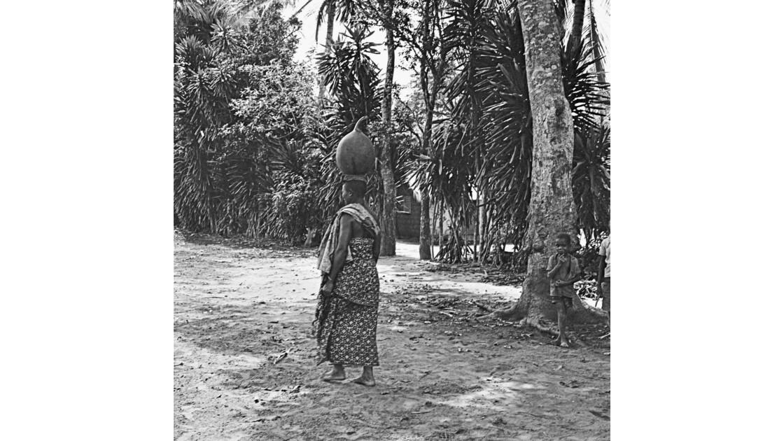Congo 70  Plateaux Téké portage d'eau à Kébara 13