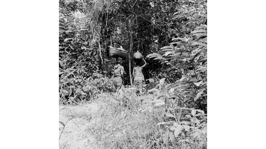 Congo 70  Plateaux Téké portage d'eau à Kébara 16