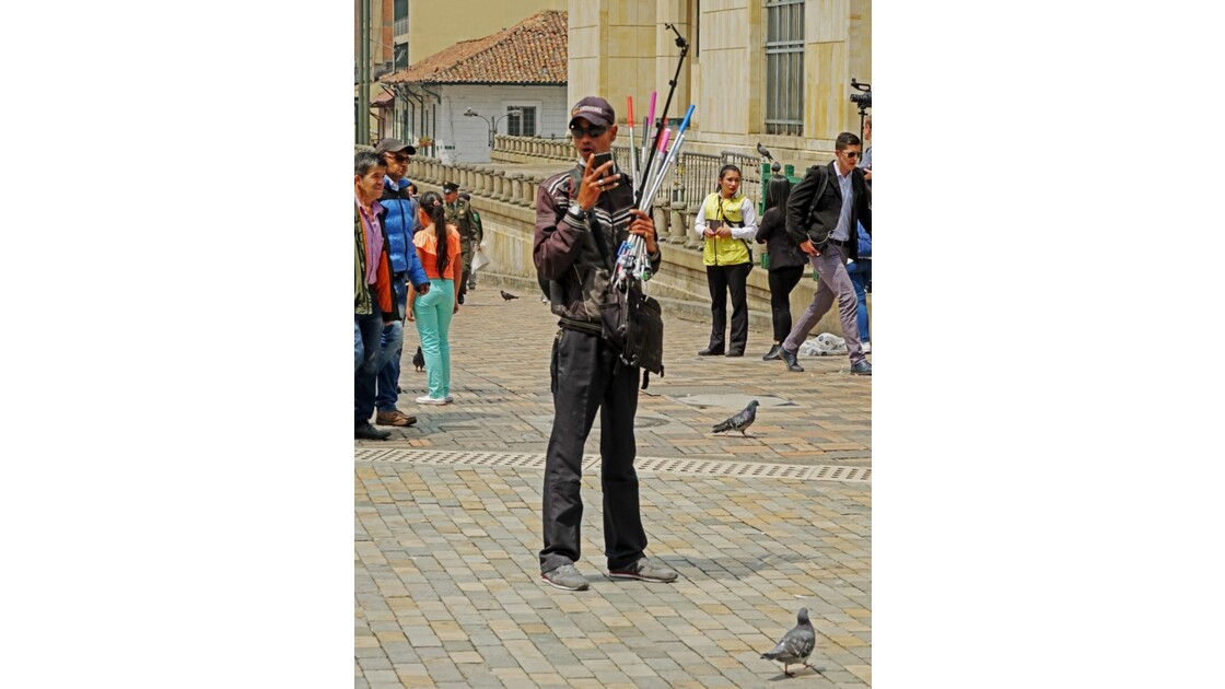Colombie Bogota Plaza Bolivar Vendeur de perches à selfie