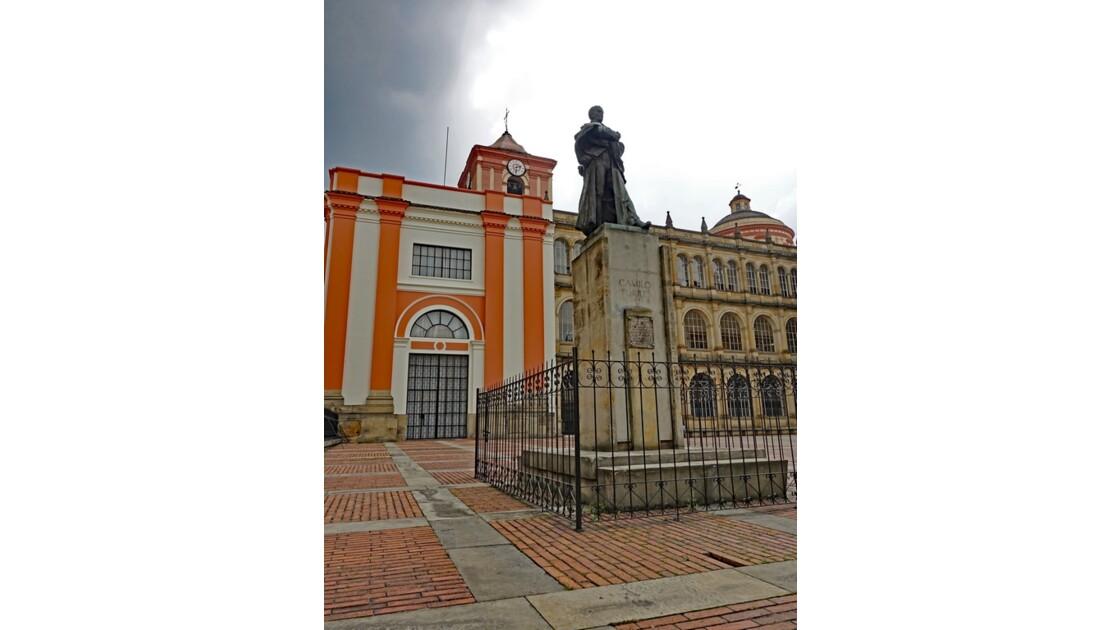 Colombie Bogota The statue of educator Camilo Torres devant le Colegio San Bartolome